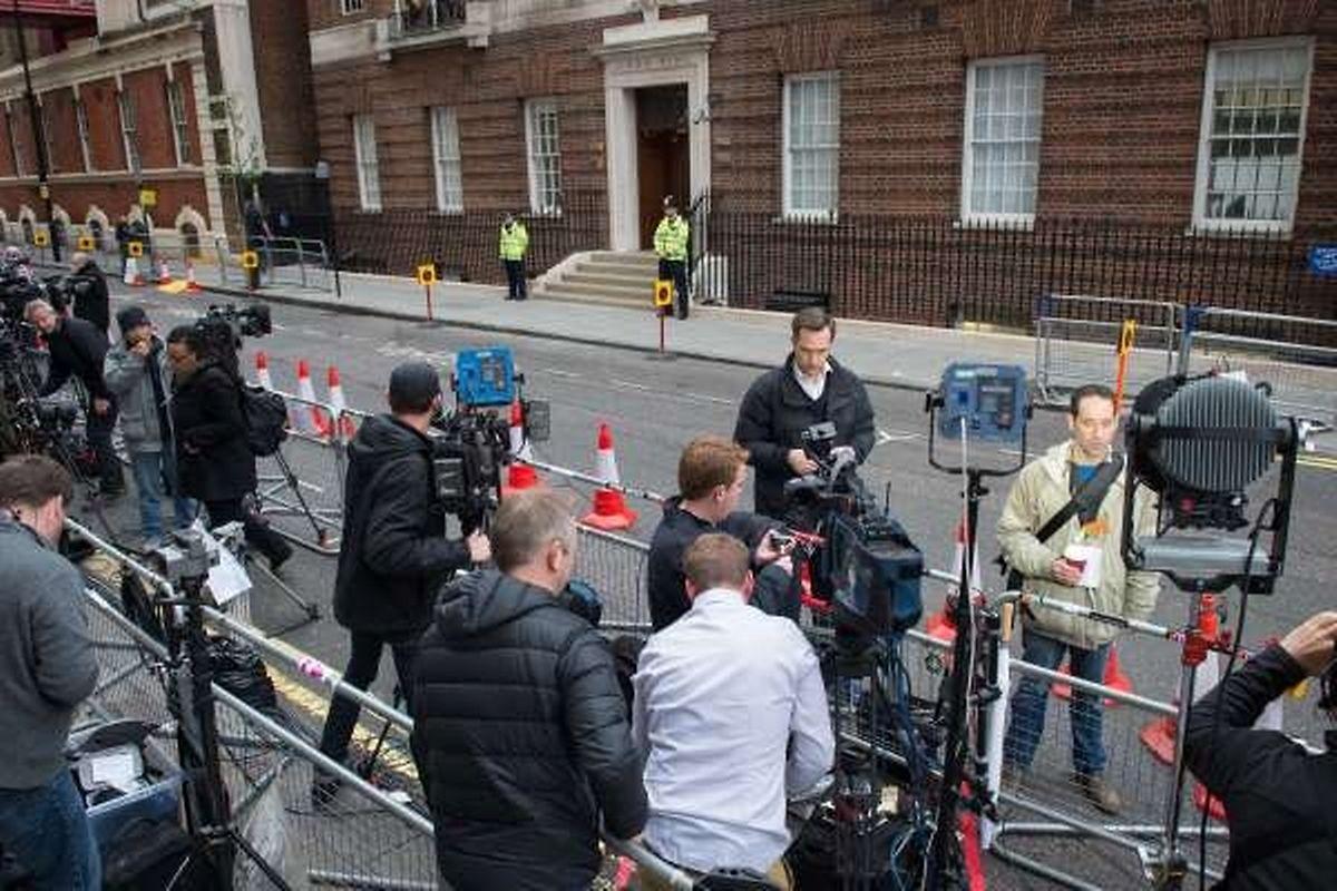 Samedi matin, une centaine de journalistes sont venus faire le pied de grue trois heures après l'admission de Kate à l'hôpital.