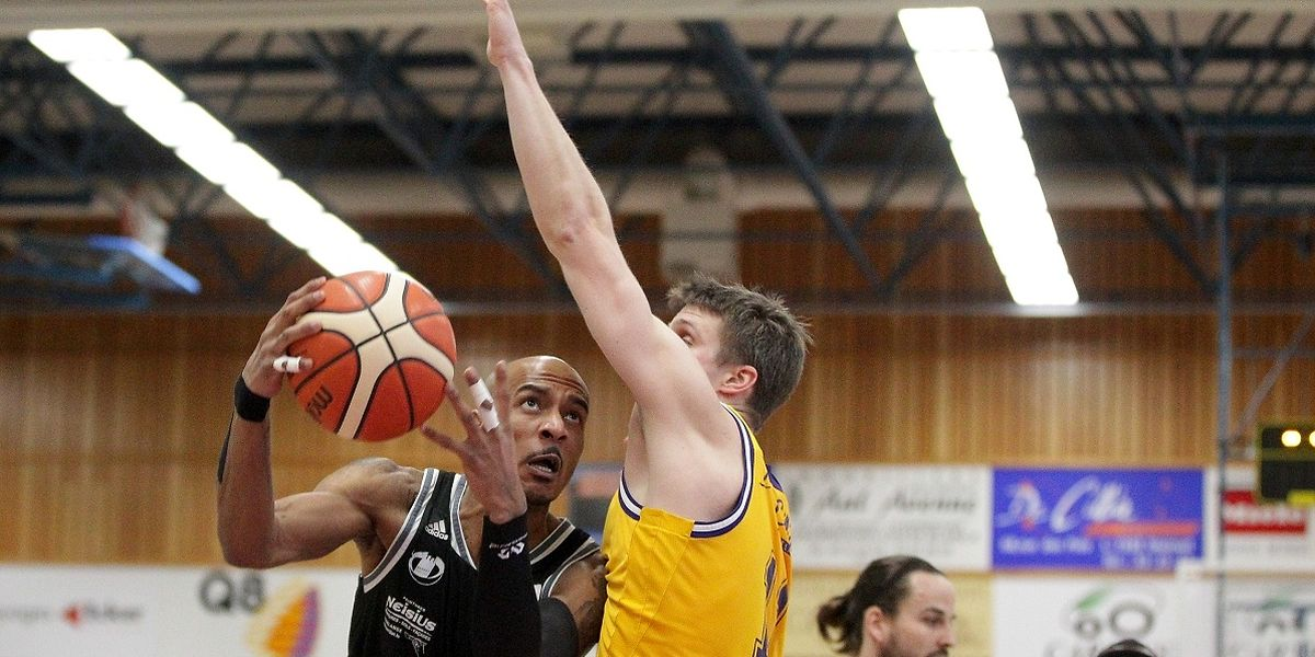Christopher Jones  (l., gegen Steinsels Samy Picard) gelangen für Düdelingen 30 Punkte.