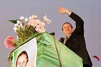 (FILES) A file photo taken on April 09, 1999 shows Algerian presidential candidate Abdelaziz Bouteflika, nominally independent but backed by Algeria's former sole ruling party, the National Liberation Front, addressing supporters in Adrar, some 1,400 kms south of Algiers. - Algeria's President Abdelaziz Bouteflika will resign before his mandate expires on April 28, 2019, his office said on April 1, after a succession of loyalists deserted the ailing leader in recent days. (Photo by MANOOCHER DEGHATI / AFP)