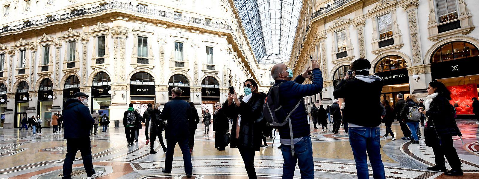 Mailand: Touristen tragen Mundschutz in der Galleria Vittorio Emanuele II.