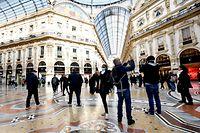 24.02.2020, Italien, Mailand: Touristen tragen Mundschutz in der  Galleria Vittorio Emanuele II und fotografieren mit ihren Smartphones. Foto: Claudio Furlan/LaPresse via ZUMA Press/dpa +++ dpa-Bildfunk +++