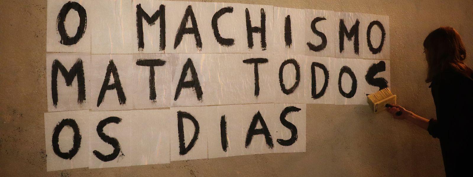 Marguerite Stern, filha de pai português, cola cartazes em português