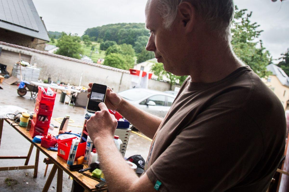 Sur son téléphone portable, Vincent Saxer montre les images qu'il a gardées de ce cauchemar