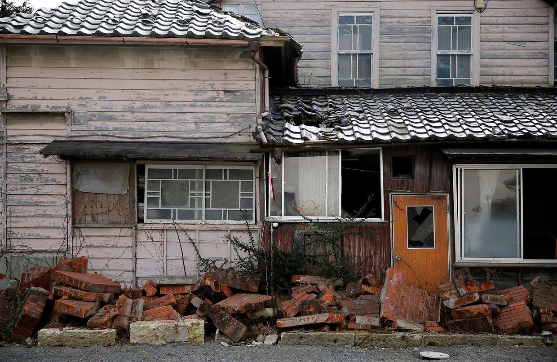 Ein Haus, das durch den Tsunami vom 11. März 2011 beschädigt wurde. Es befindet sich in einem Wohngebiet in einer der Evakuierungszonen.