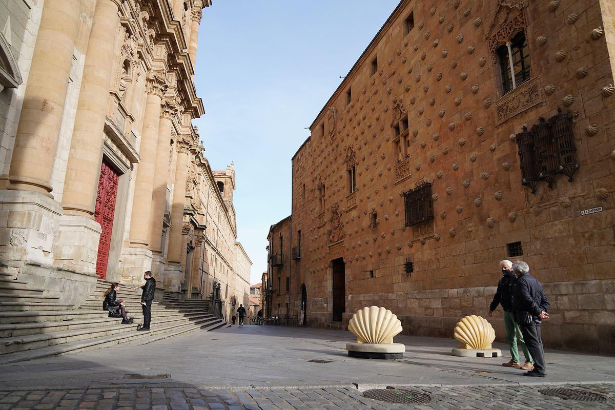 Salamanca: Mehrere Passanten befinden sich auf einer Straße am ersten Tag der restriktiven Corona-Maßnahmen, die die spanische Regierung verabschiedet hat.