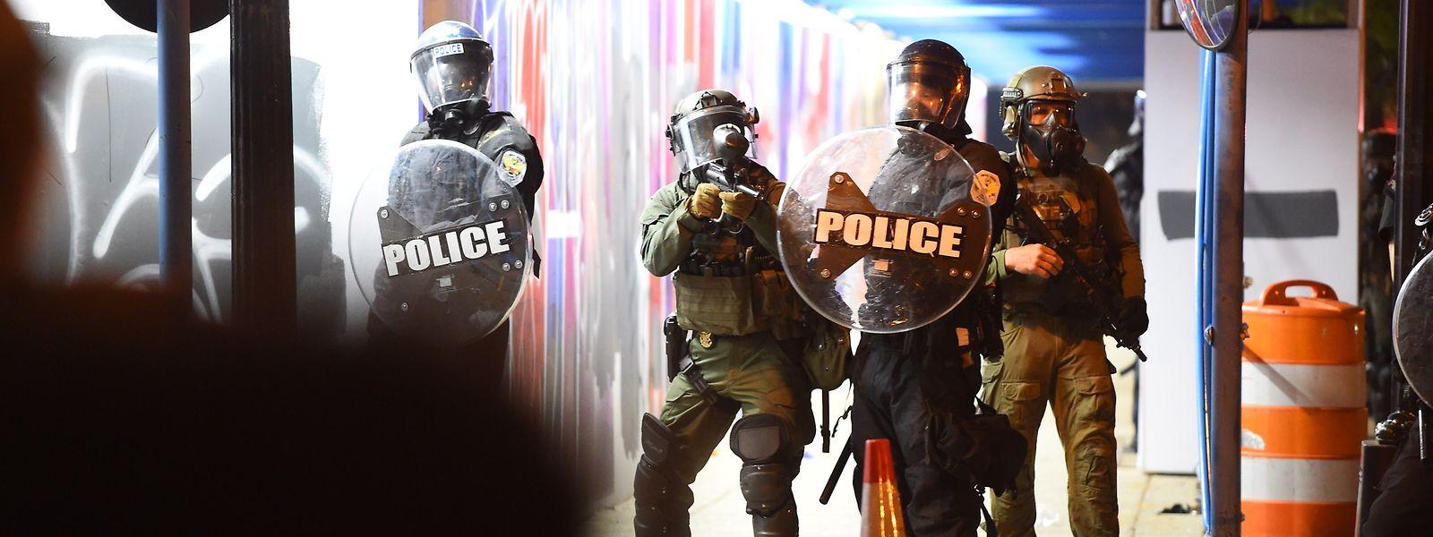 Polizisten versuchen in der Nähe des Weißen Hauses, Demonstranten im Zaum zu halten.