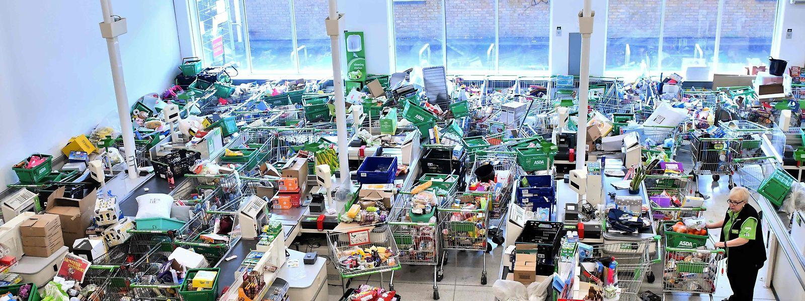 Im Hamsterrausch: Auch auf der britischen Insel herrschen zum Teil chaotische Zustände in Supermärkten.