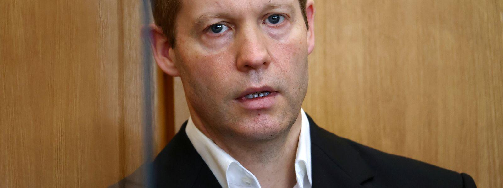 Stephan Ernst, der des Mordes an dem Politiker Walter Lübcke angeklagt ist, steht bei seinem Prozess vor dem Oberlandesgericht Frankfurt.