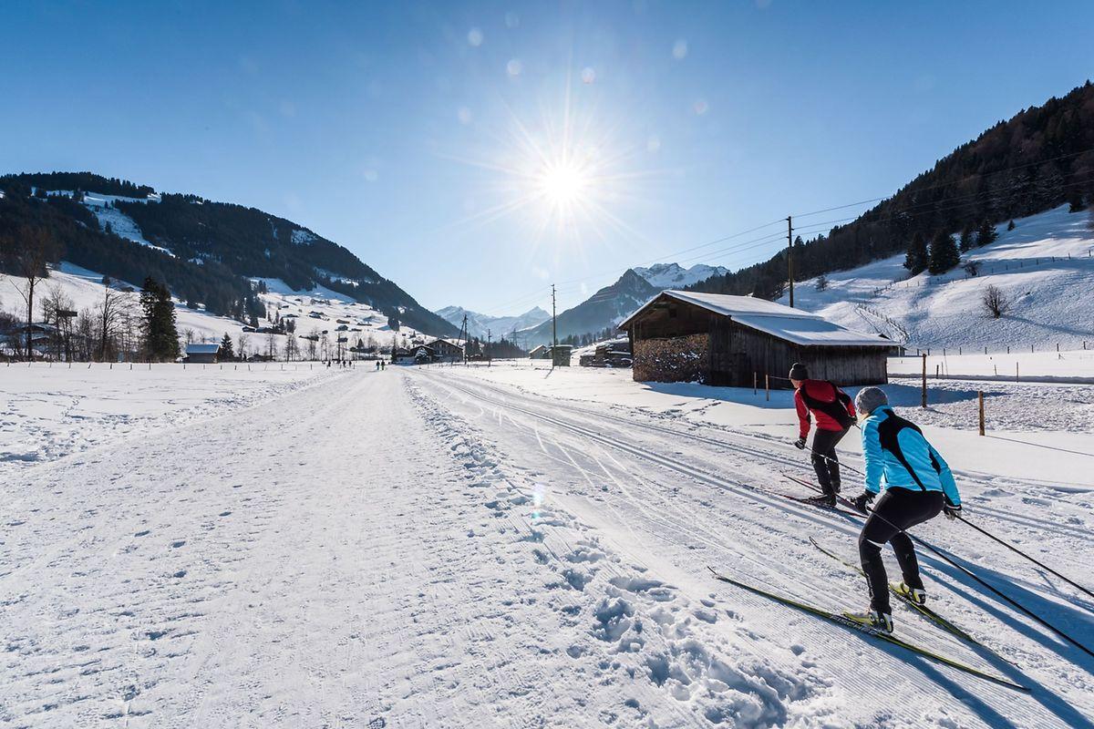 Langlauf bei strahlendem Sonnenschein: Natürlich darf man rund um Gstaad auch die Skier anschnallen.