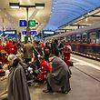 20.4.2018, Österreich, Salzburg: Einsatzkräfte versorgen verletzte Personen an einem Bahnsteig im Hauptbahnhof. Bei einem Zugunglück in dem Bahnhof sind nach Medienberichten Dutzende Menschen verletzt worden. (Ein Teil der abgebildeten Personen wurde von der Quelle aus Persönlichkeitsrechtlichen Gründen unkenntlich gemacht) Foto: Fmt / Wolfgang Moser/APA/dpa +++ dpa-Bildfunk +++