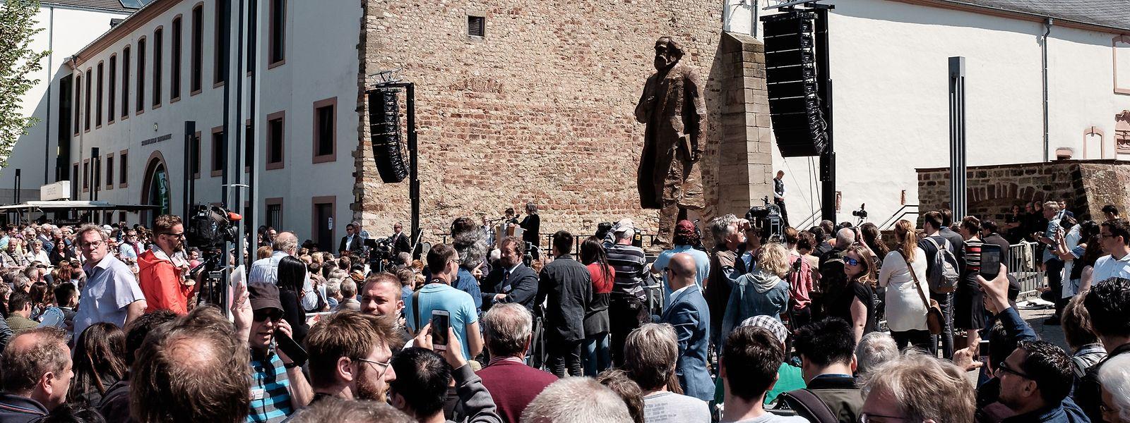 Viele Menschen waren gekommen, um sich die neue Statue anzusehen. Aber auch um zu demonstrieren.