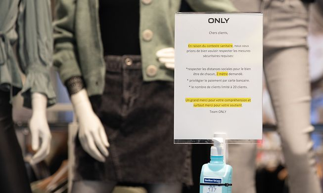 A shop in Luxembourg City warns shoppers to follow health precautions during the Covid pandemic