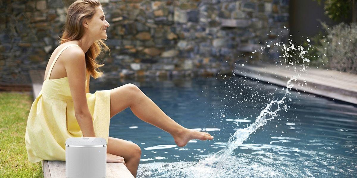Wasserfest und mit Akku an Bord: Der kombinierte WLAN-Bluetooth-Lautsprecher ALL05 von Panasonic kostet rund 240 Euro.