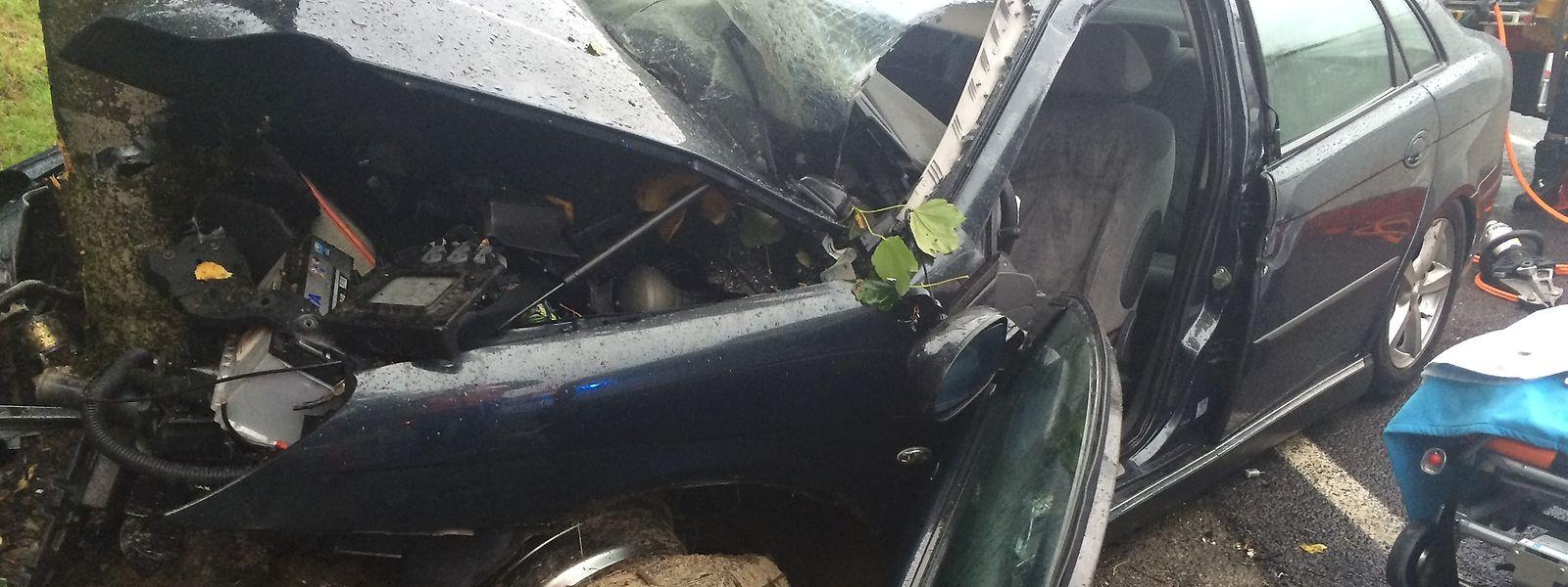 Das Auto wurde bei der Kollision total zerstört.