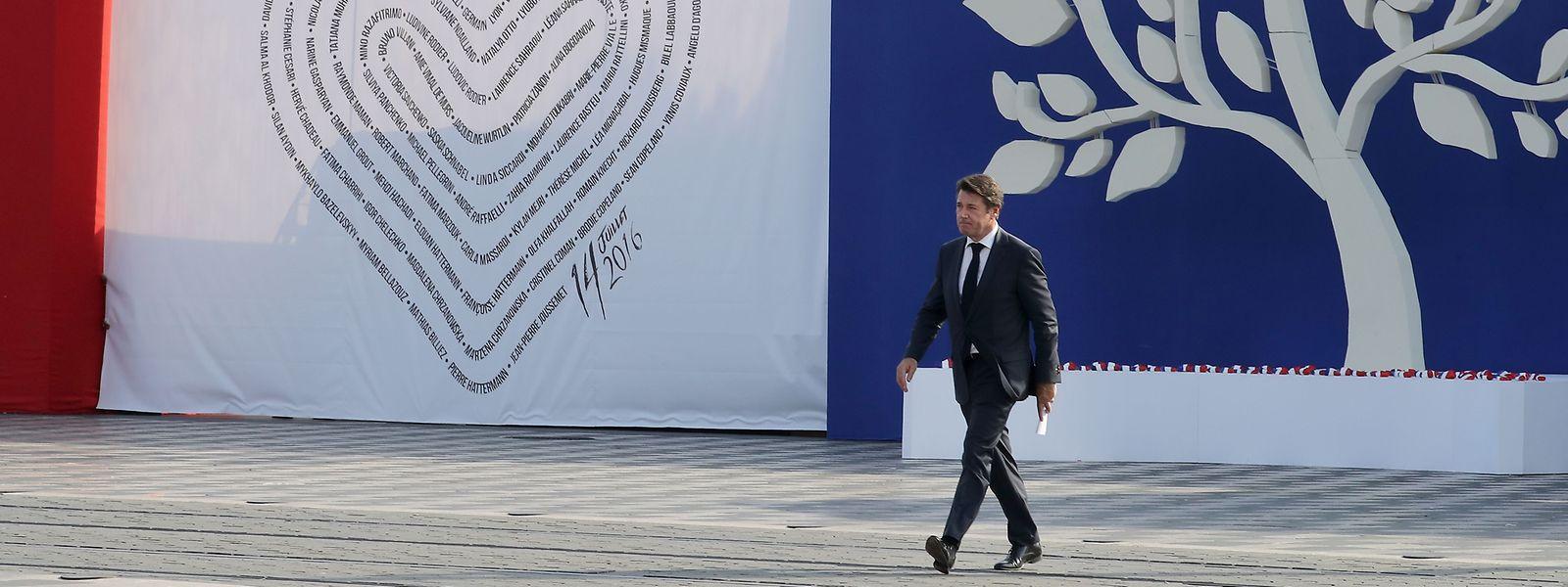 Nizzas Bürgermeister Christian Estrosi verlässt die Rednertribüne.