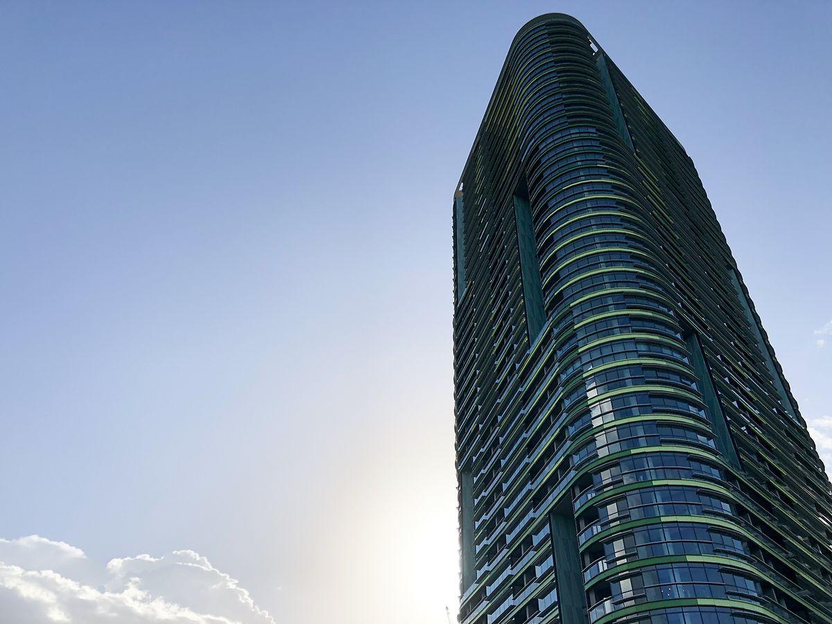 Der Opal Tower ist eines von fünf neuen Wohnhochhäusern, die auf dem Gelände der Olympischen Spiele 2000 gebaut wurden. Das Hochhaus mit 392 Wohnungen wurde erst vor vier Monaten eröffnet.