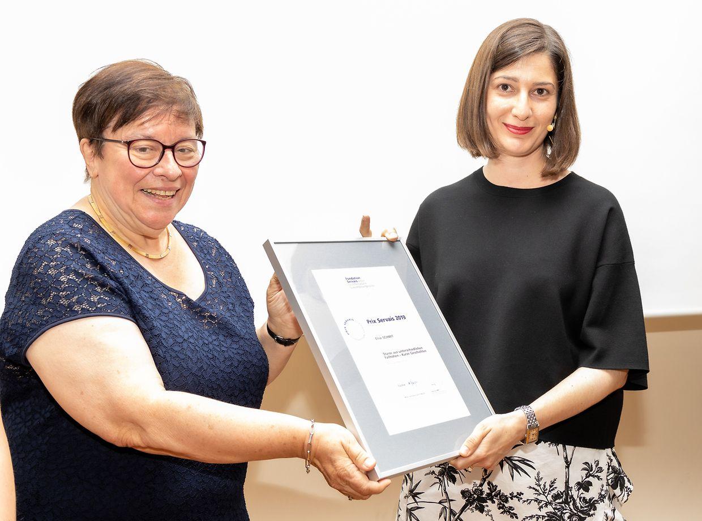 Elise Schmit bei der Preisverleihung durch Germaine Goetzinger.