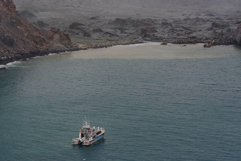 Ein Boot mit Einsatzkräften zur Bergung der Opfer des Vulkanausbruchs auf der Insel White Island.