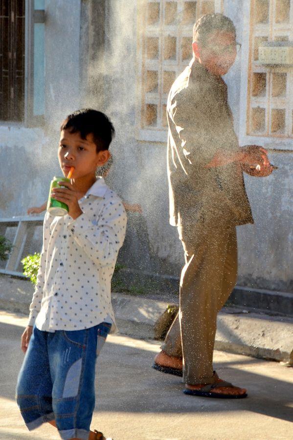 Un jeune garçon devant le musée