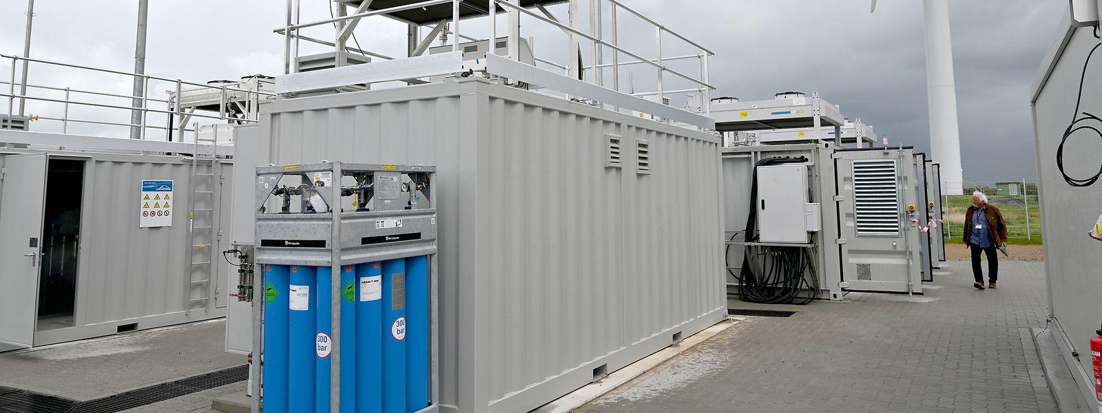 Schleswig-Holstein, Bosbüll: Blick auf eine neue Wasserstoff-Produktionsanlage des größten deutschen Wasserstoffmobilitätsprojekts eFarm.