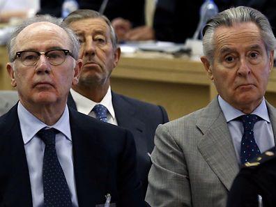 Former International Monetary Fund chief Rodrigo Rato (L) in court next to former Caja Madrid chairman Miguel Blesa