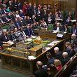 HANDOUT - 13.03.2019, Großbritannien, London: Theresa May (l, stehend), Premierministerin von Großbritannien, spricht zu Abgeordneten des Unterhauses. Das britische Parlament hat sich gegen einen EU-Austritt ohne Vertrag (No-Deal-Brexit) ausgesprochen. (Videostandbild - bestmögliche Qualität) Foto: House Of Commons/PA Wire/dpa - ACHTUNG: Nur zur redaktionellen Verwendung und nur mit vollständiger Nennung des vorstehenden Credits +++ dpa-Bildfunk +++