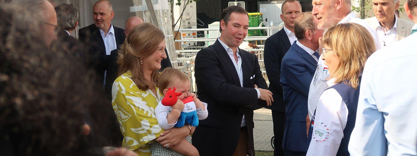 Das erbgroßherzogliche Paar ließ es sich nicht nehmen, die Foire agricole zu eröffnen. Während seine Eltern am Stand von Fair Mëllech Erklärungen erhalten, amüsiert sich Prinz Charles mit einem Stofftier.