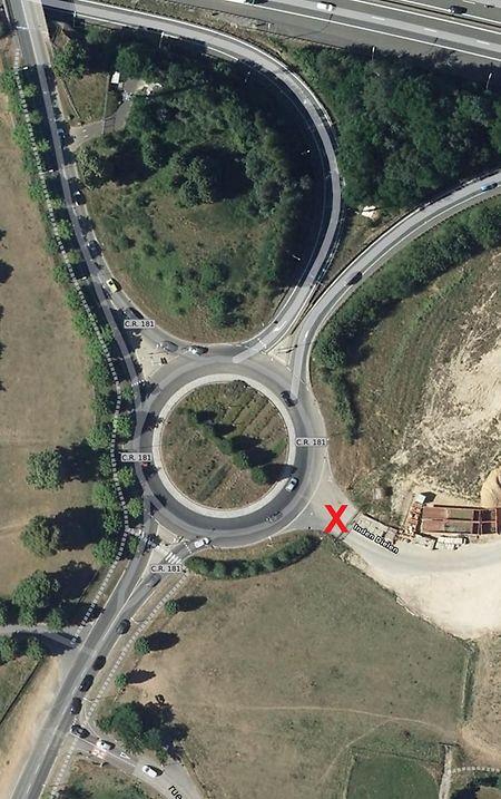 Der Kreisel auf dem CR181, an dem sich auch die Auffahrt zur A6 befindet. Die Stelle, an dem sich der Unbekannte entblößte, ist mit einem roten X markiert.
