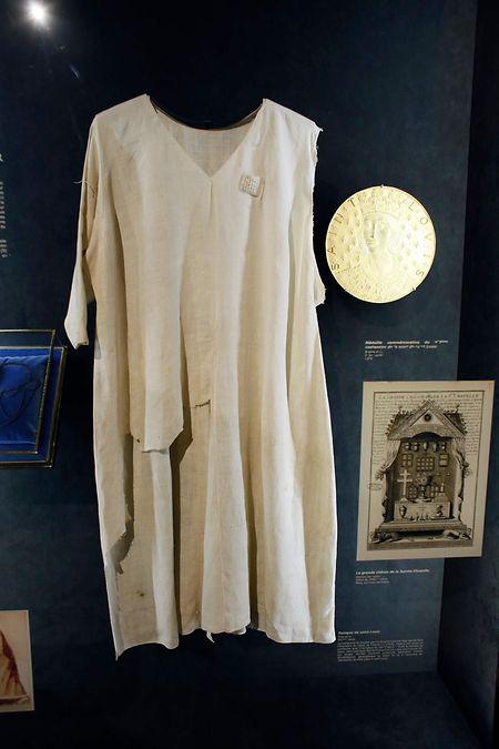 La tunique de saint Louis, vénérée par certains catholiques, a été sauvée des flammes.