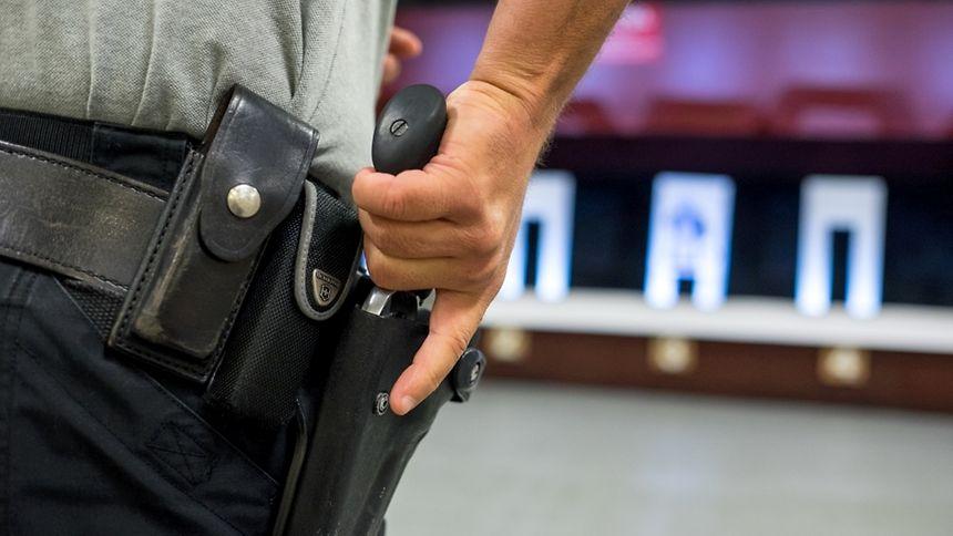 Die alten Polizeirevolver sollen durch moderne Pistolen ersetzt werden.