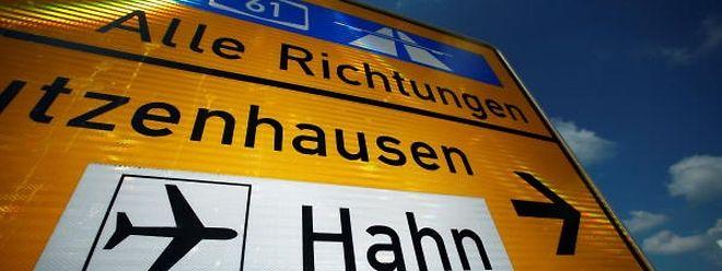 Der Kaufvertrag für den verschuldeten Airport im Hunsrück wurde am 2. Juni notariell beurkundet, der Vollzug des Verkaufs aber von Bedingungen, wie der Zustimmung des Landtags, abhängig gemacht.