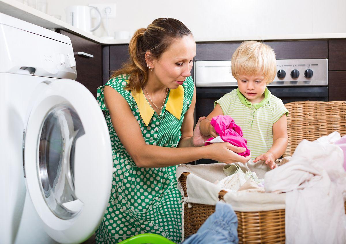 Kinder versorgen, kochen, putzen,  - manchen Frauen fällt es schwer, Arbeiten an den Partner zu delegieren.