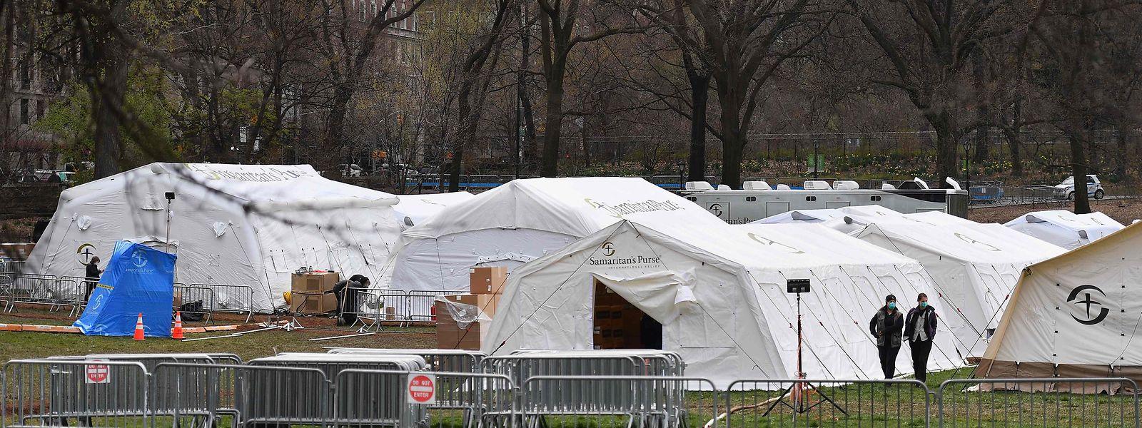 A New York, une douzaine de tentes dressées dans Central Park se préparent à accueillir des malades.