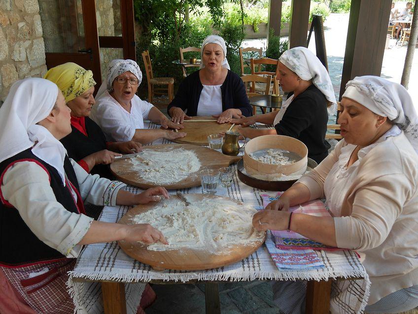 Lehrreiches Rahmenprogramm: Landfrauen aus der Umgebung führen in die traditionelle griechische Küche ein.