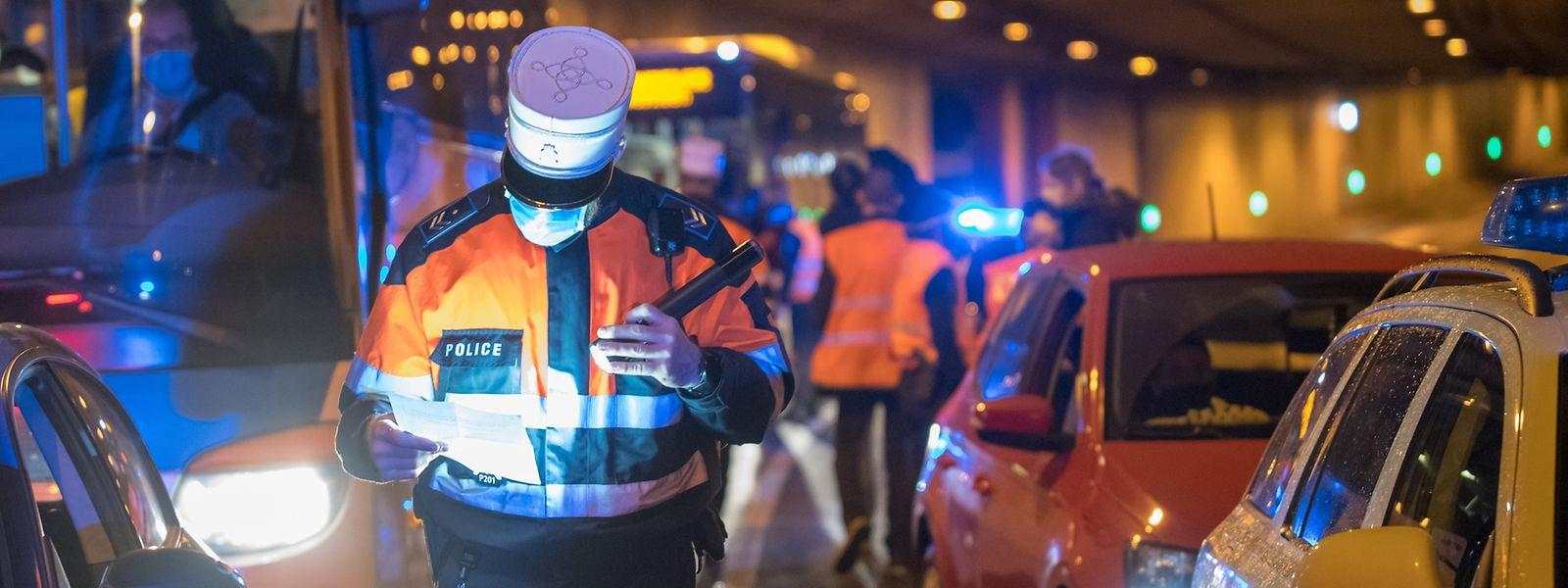 Die Polizei sprach die meisten Verwarnungen wegen Missachten der Ausgangssperre aus.