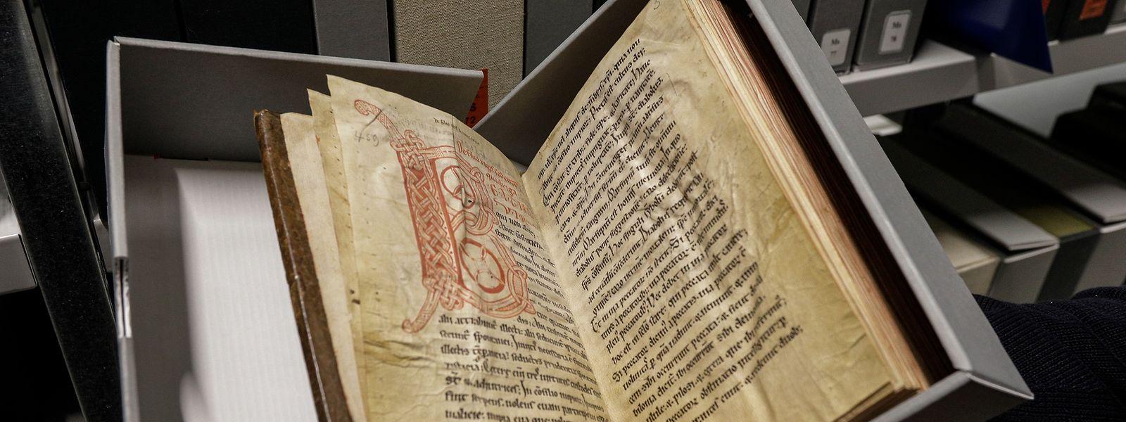 Spezielle säurefreie Kartons schützen die historischen Dokumente vor dem Zahn der Zeit.
