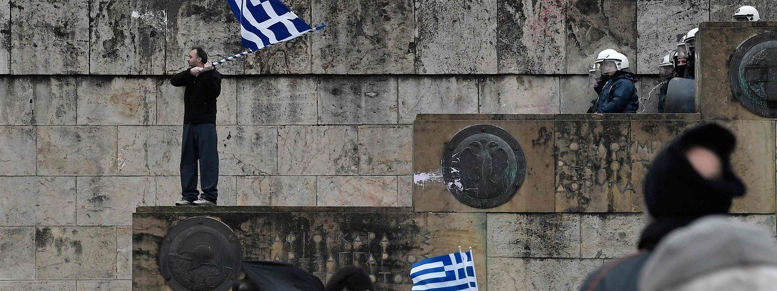 Demonstranten vor dem Parlamentsgebäude in Athen.