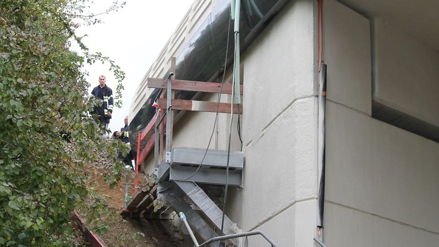 Der Unfall ereignete sich im Hohlraum der Brücke.