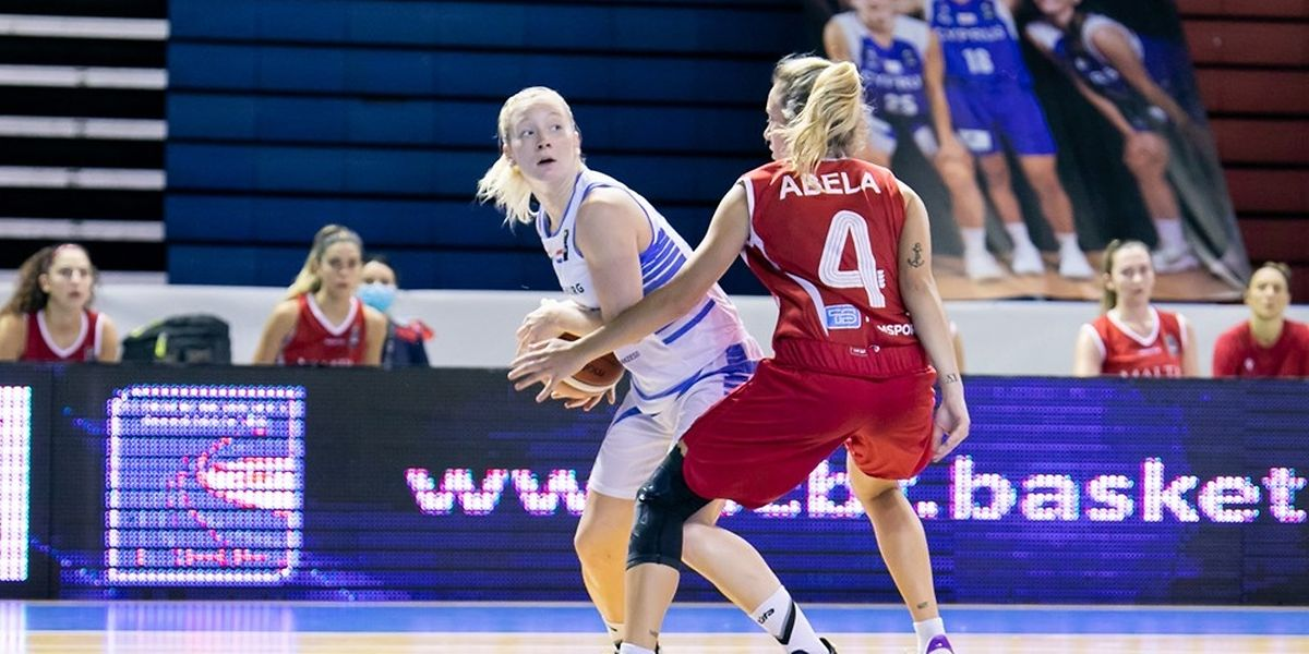Anne Simon, hier gegen Maltas Sophie Abela (r.), ist mit 19 Punkten die Topscorerin der Partie.