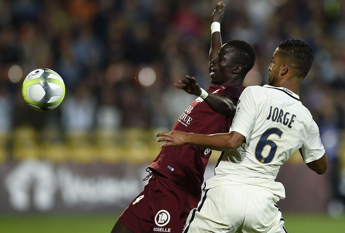 Ibrahima Niane à la lutte avec Jorge.
