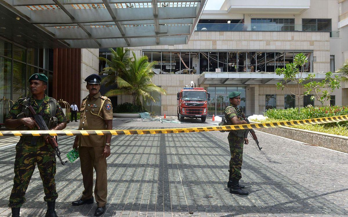 Sicherheitskräfte vor dem abgesperrten Eingangsbereich des Luxushotels Shangri-La in Colombo.