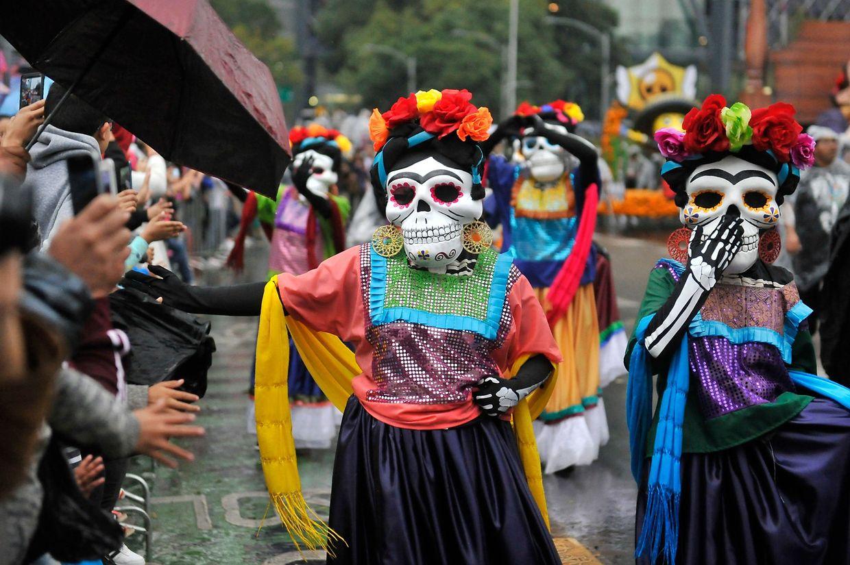 Parade sonore et multicolore pour célébrer les morts : le Mexique renoue avec une vieille tradition de plus de 3.000 ans en ce moment.