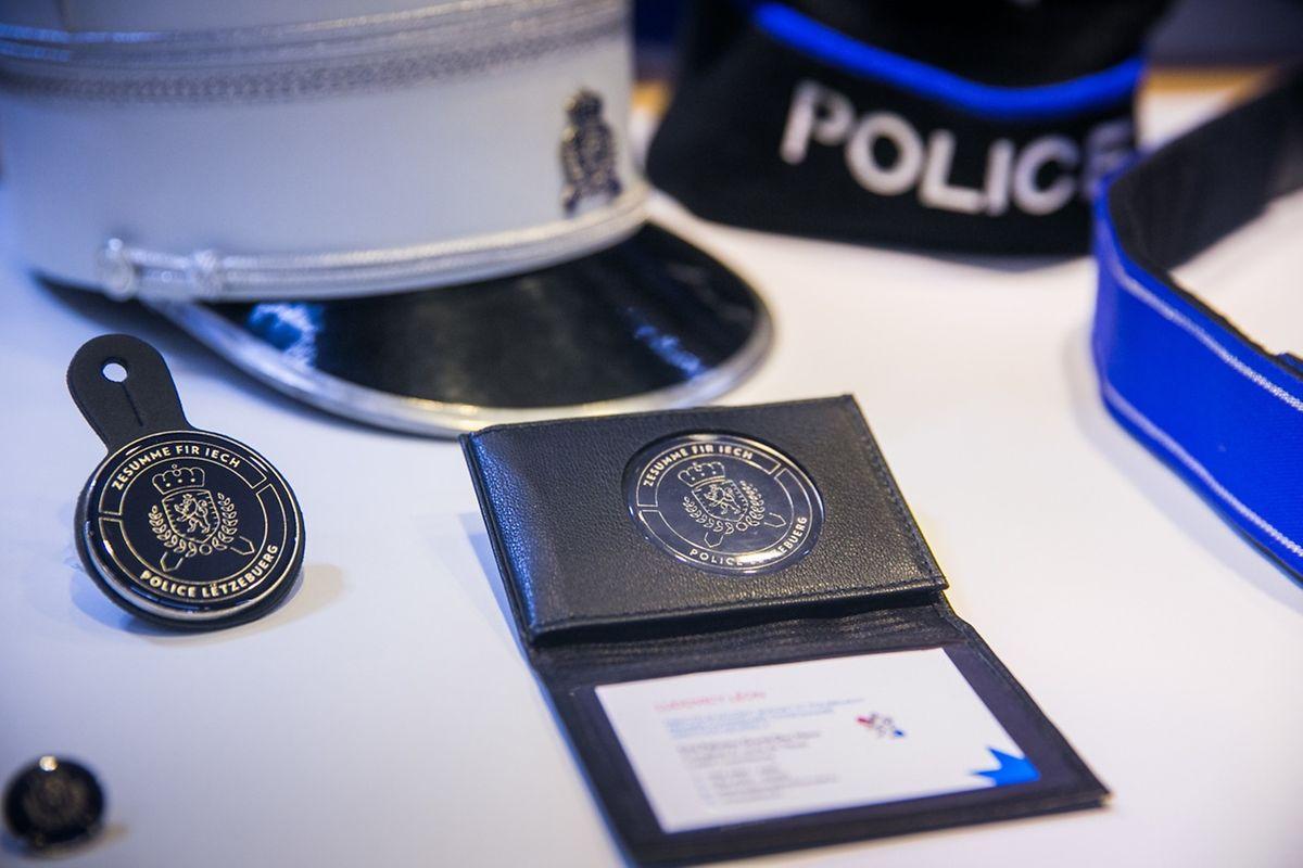 """Bis März 2018 sollen 220 Fahrzeuge und 60 Motorräder, die Kommissariatsschilder, die Polizeidokumente und die Kleidung der rund 2.000 Polizisten an die neue """"Corporate identity"""" angepasst werden."""
