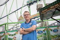 Schueberfouer-Experte Steve Kayser vor der größten transportablen Achterbahn der Welt