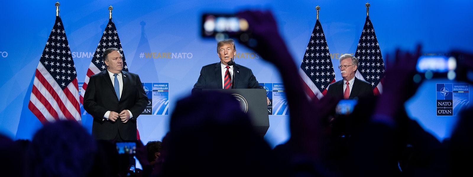 12. Juli 2018, Brüssel: US-Präsident Donald Trump gibt zusammen mit Außenminister Mike Pompeo und Sicherheitsberater John Bolton eine Pressekonferenz zum Abschluss des NATO-Gipfels.
