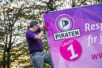 Wahlplakate kleben/aufstellen - Piraten Sven Clement, Foto Lex Kleren