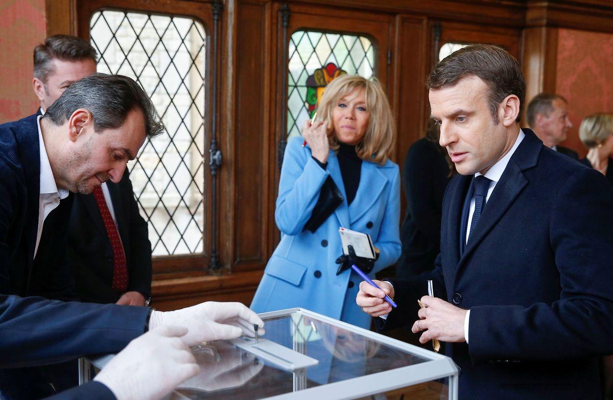 Le président Emmanuel Macron et son épouse Brigitte Macron se sont rendus aux urnes, au Touquet (et non à Paris). Un exemple que nombre de citoyens français n'ont pas suivi.