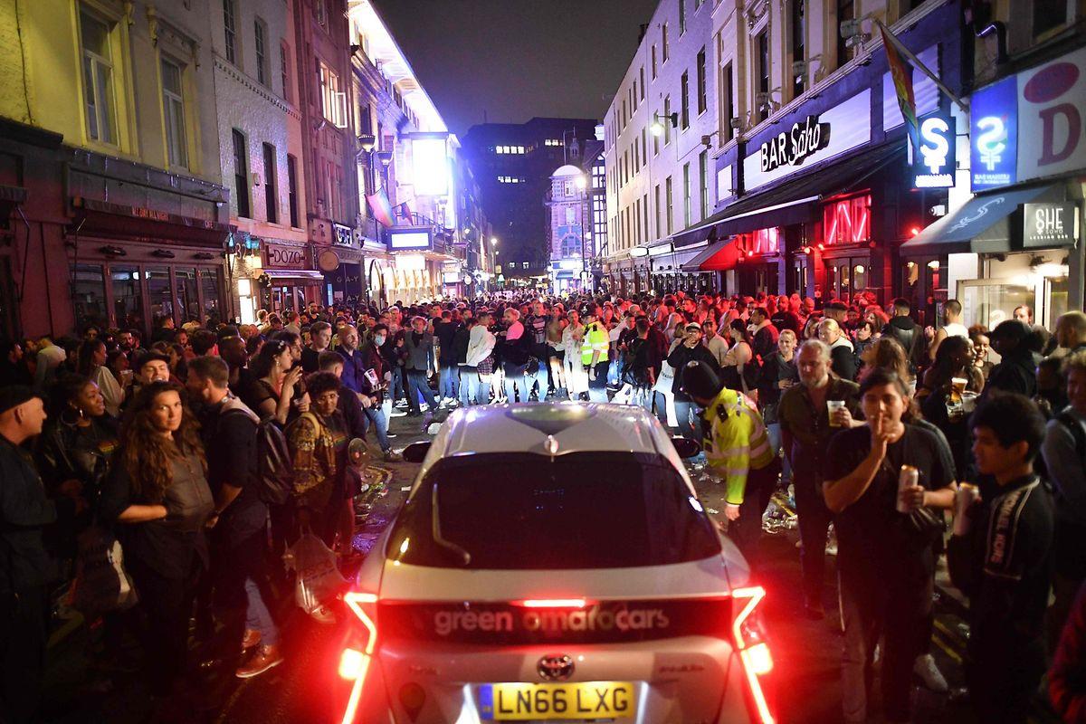 Nachtschwärmer stehen dicht gedrängt im Londoner Szeneviertel Soho: Seit Samstag haben die Pubs in England wieder geöffnet. Die Sorge vor Exzessen, die Experten vor der Öffnung geäußert hatten, dürfte nicht unbegründet gewesen sein.