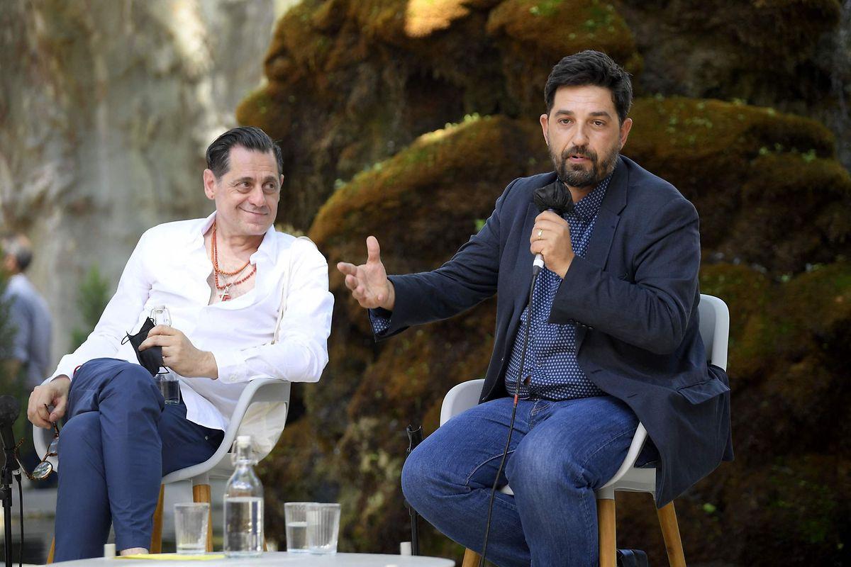 O atual diretor do festival d'Avignon, Olivier Py, (à esquerda) e Tiago Rodrigues, o seu sucessor (à direita).