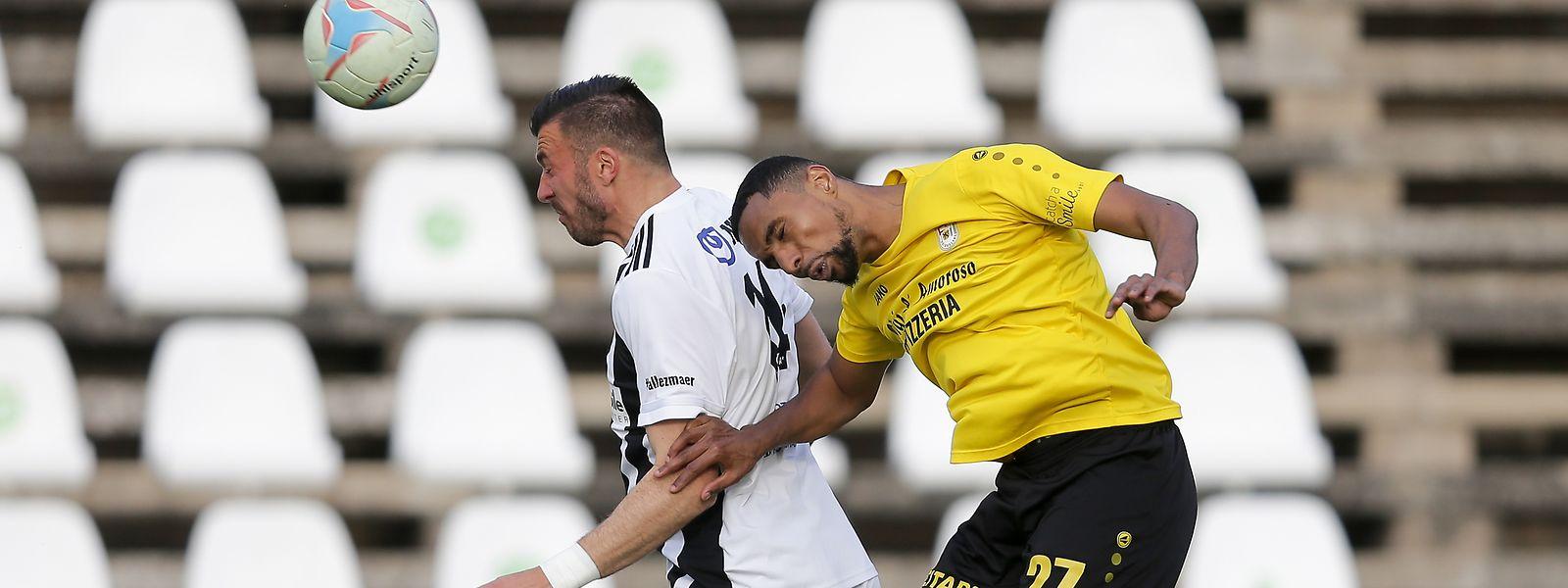 Düdelingens Adel Bettaieb (r.) kämpft mit Xavier Tomas (Jeunesse) um den Ball.